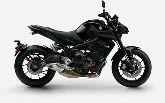foto de moto preta dirado de lado.